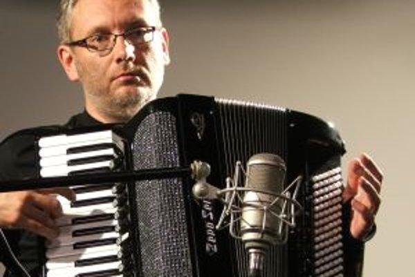 Narodil sa v roku 1965 v Ružomberku. Vyštudoval hru na akordeón na Konzervatóriu v Žiline a na VŠMU v Bratislave. Na Medzinárodnej súťaži v Adrezieux Boutheon v roku 1987 vo Francúzsku mu udelili Grand Prix za sólovú hru i za hru v duu s Ľubomírom Žovicom
