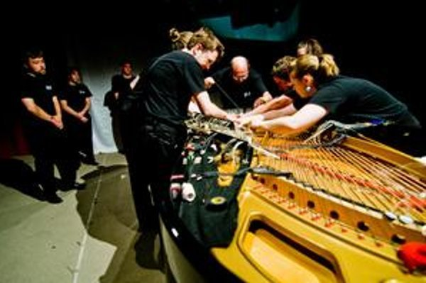 Netradičné techniky na tradičnom nástroji - to je americký Bowed Piano Ensemble.