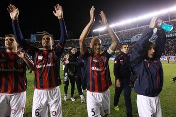 Futbalisti San Lorenzo oslavujú postup.