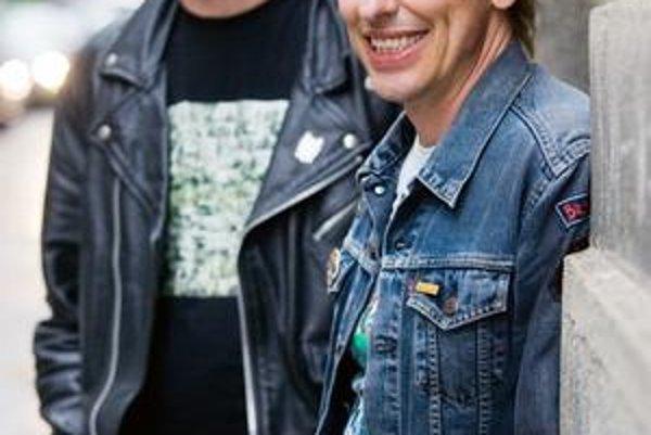 Whisky a Koňyk, lídri najlepších slovenských punkrockových kapiel, vnímajú tento štýl každý trochu inak. Koňyková Zóna sa drži tradičného punku vzor 77, Whiskyho  Slobodná Európa má bližšie k rokenrolu na spôsob Iggyho Popa. V súčasnosti sú na spoločnom t