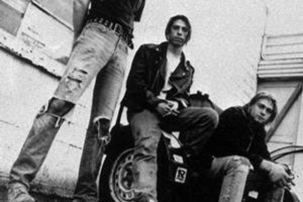 Nirvana. Kurt Cobain sedí úplne vpravo.