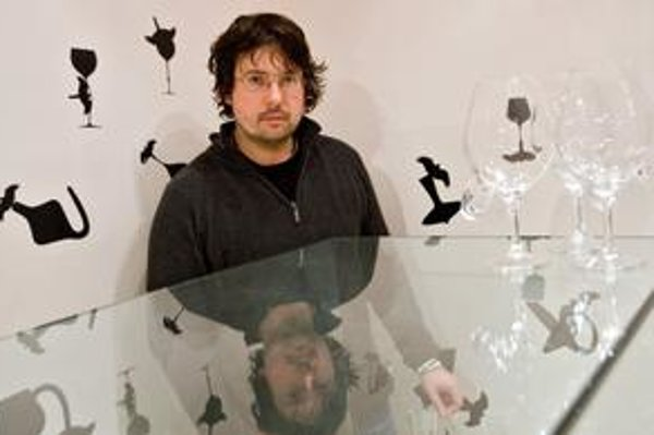 Patrik Illo (1973) sa narodil v Považskej Bystrici. V roku 1992 absolvoval sklárske učilište v Lednických Rovniach, v roku 1998 odbor sklárskeho výtvarníctva na VŠVU v Bratislave a katedru maľby - intermediálny ateliér. V rokoch 1998 - 2006 pracoval ako i