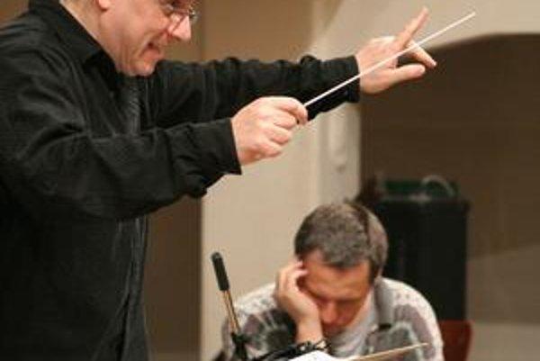 Peter Breiner (na snímke vľavo) a Andrej Šeban sa stretli pri nahrávaní jedného albumu. Obaja sa tu predstavujú ako skladatelia aj ako interpreti – prvý zároveň diriguje, druhý je sólistom na elektrickú gitaru a fujaru.