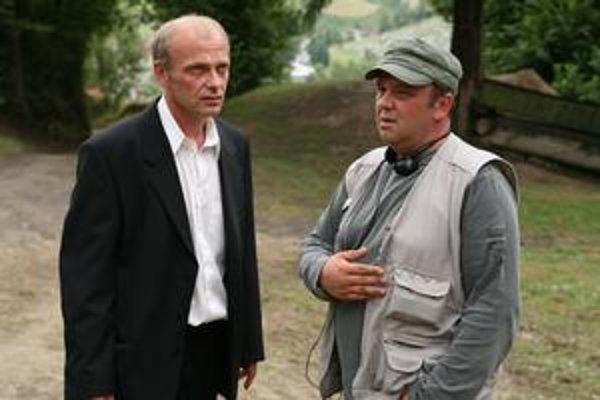 Vlado Balko (vpravo) spolu s hercom Attilom Mokosom pri nakrúcaní Pokoja v  duši. S debutujúcim režisérom spolupracoval kameraman Martin Štrba, úspešný český scenárista Jiří Křižan a autorom hudby je Michal Lorenc.