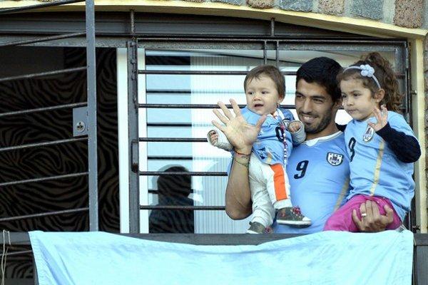 Luis Suárez máva svojim fanúšikom, ktorí ho prišli podporiť pred jeho dom.