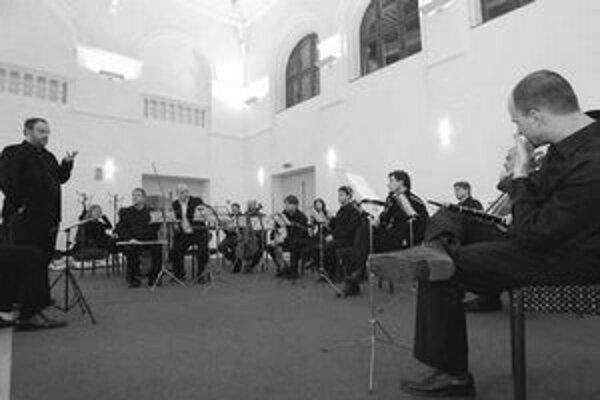 Členovia bratislavského súboru Veni ensemble počas skúšky.