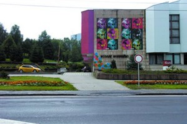 Zákaz vjazdu– táto značka sa zjavila pred Múzeom moderného umenia Andyho Warhola z ničoho nič.