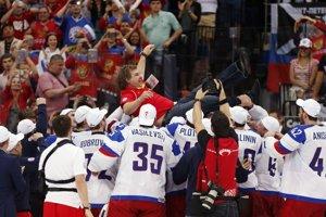 Tréner majstrov sveta Oleg Znarok nad hlavami svojich hráčov na ľadovej ploche, na ktorú mal vstup zakázaný.