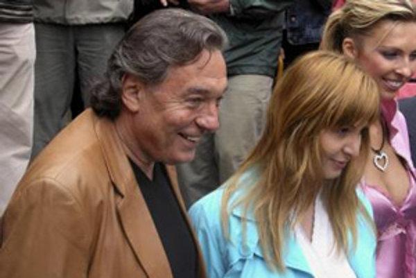 Na archívnej snímke z 30. júna 2006 je pár počas slávnostného otvorenia múzea Gottland v Jevanoch.