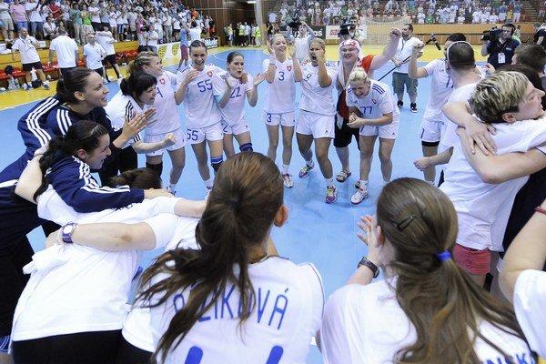 Slovenské hádzanárky oslavovali v Šali historický postup na majstrovstvá Európy.