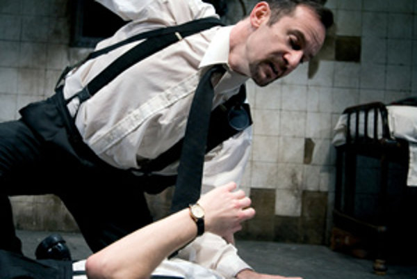Jason Isaacs ako Gus (hore) na snímke z filmu The Dumb Waiter.