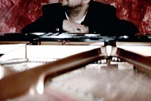 Oskar Rózsa (1974) - absolvoval orchestrálne dirigovanie na Štátnom konzervatóriu a VŠMU v Bratislave u prof. Zdeňka Bílka. Študoval kompozíciu filmovej hudby na Berklee College Of Music v Bostone. Ako hudobník (basgitara, klávesy) a producent sa podieľal
