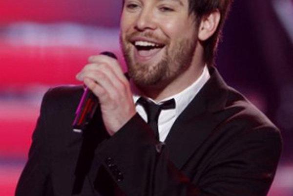 Dvadsaťpäťročný rocker David Cook (na sn.) získal v stredu vysoko cenený titul American Idol v siedmom ročníku rovnomennej speváckej súťaže v Los Angeles.