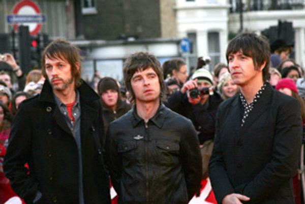 (Zľava) Andy Bell, Noel Gallagher a Gem Archer zo skupiny Oasis.