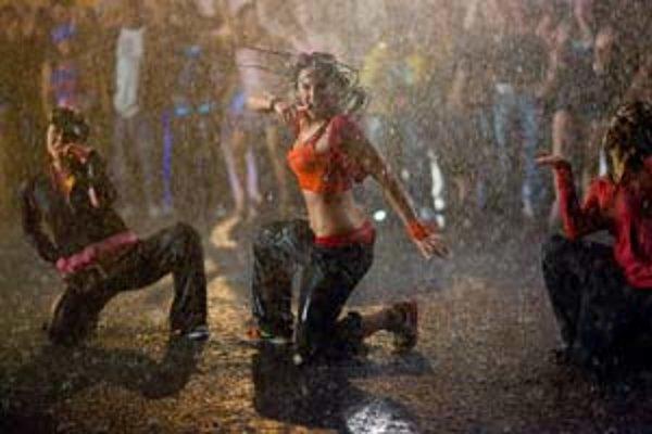 Andie (Briana Evigan, v strede) tancuje na ulici v daždi presvedčivejšie než v sále so zrkadlami.