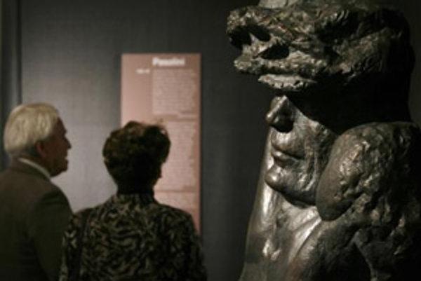 Návštevníci si prezerajú dielo <em>Hommage a Pasolini</em> od Alfreda Hrdlicku na výstave <em>Religion, Fleisch und Macht (Náboženstvo, telo a sila)</em>.