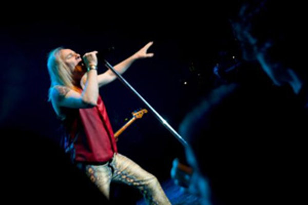 Spevák skupiny Uriah Heep Bernie Shaw počas vystúpenia v divadle Arena. Bratislava, 28. marec 2008.