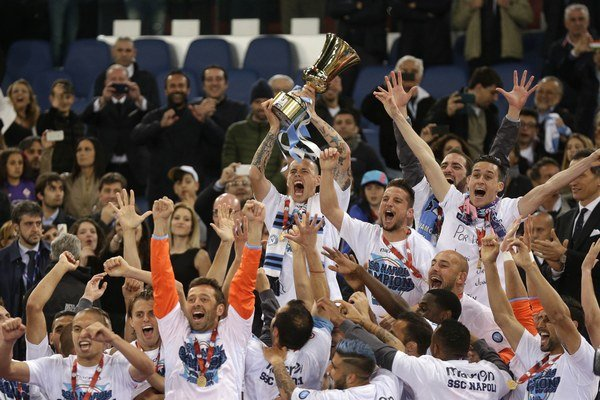 Trofej zdvihol nad hlavu kapitán Neapola Marek Hamšík.