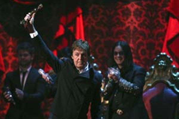 Paul McCartney s cenou za celoživotné dielo na londýnskom vyhlasovaní Brit Awards.