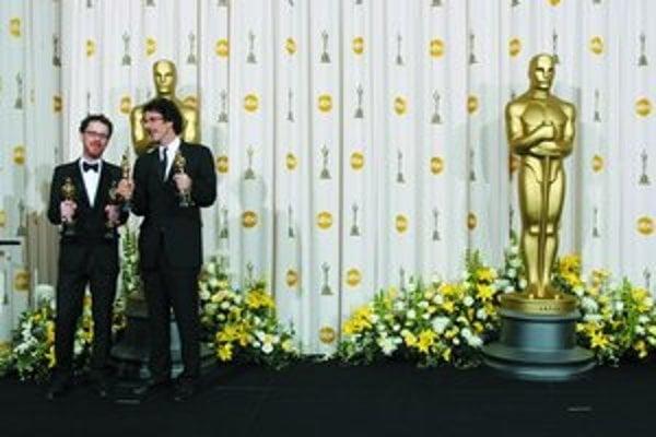 Bratia Ethan (vľavo) a Joel Coenovci viacnásobne uspeli s filmom Táto krajina nie je pre starých.