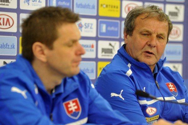 Tréner A-tímu Ján Kozák (vpravo) a jeho asistent Štefan Tarkovič.