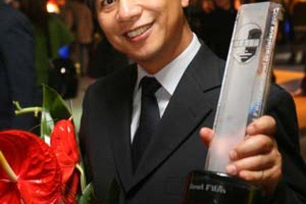 Režisér Li Yang. V malej čínskej dedinke nakrútil film o sexuálnom zneužívaní mladej ženy. V piatok musel byť v Bratislave, pretože jeho film Slepá hora na festivale zvíťazil.