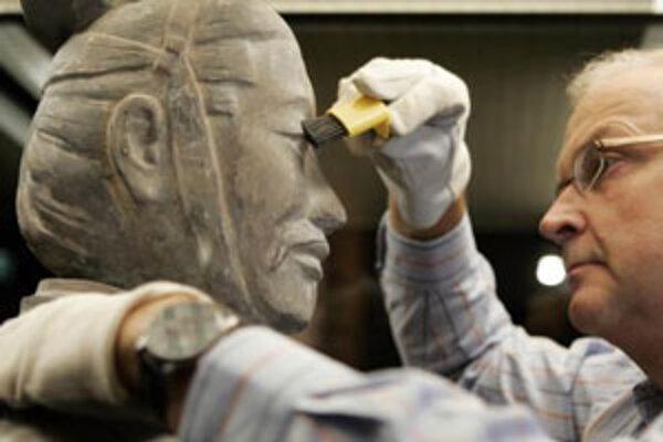 """Thomas Hafermann, vedúci výstavy """"Moc smrti"""", čistí sochu terakotového vojaka v etnologickom múzeu v Hamburgu. Vo štvrtok 13. decembra 2007 sa ukázalo, že exponaty sú iba kópiami originálov."""