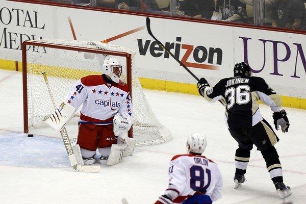 Jussi Jokinen z Pittsburghu dáva gól Jaroslavovi Halákovi.