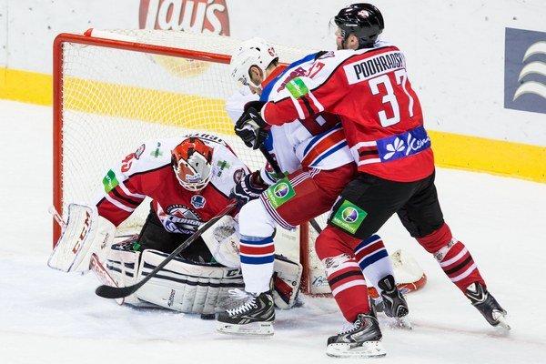 Zľava: Brankár Donbasu Michael Leighton, hráč Lev Praha Lukáš Cingel a hráč Donbasu Peter Podhradský.