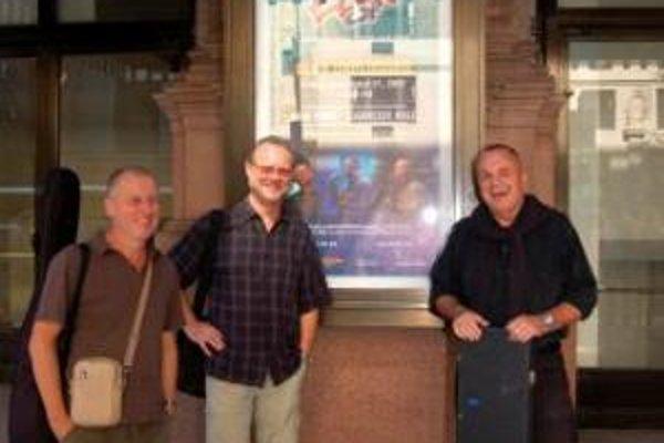 Elán pred povestnou Carnegie Hall zľava Jano Baláž, Vašo Patejdl a Jožo Ráž.
