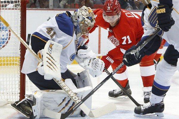 Jaroslava Haláka v bránke St. Louis sa Danielovi Clearymu v červenom drese Detroitu prekonať nepodarilo.