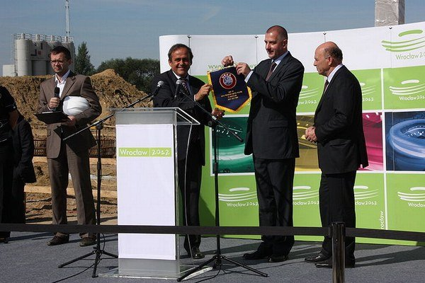 Prezident UEFA Michel Platini (v strede). Ilustračná snímka.