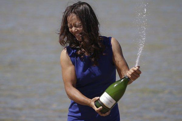 Na Li so šampusom na pláži v Melbourne.