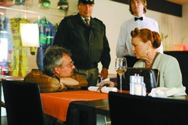 Iva Janžurová a režisér Vlado Fischer pri nakrúcaní filmu Polčas rozpadu.