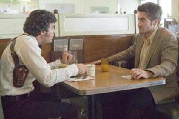 Detektív Toschi (Mark Ruffalo, vľavo) a ilustrátor Graysmith (Jake Gyllenhaal) riešia prípad Zodiac.