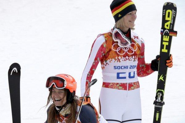 Zlatá Nemka Höflová-Rieschová (vpravo) a bronzová Američanka Mancusová (vľavo).
