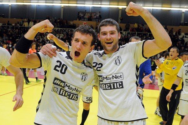 Martin Mizenko (vľavo) a Henadiy Kucher (vpravo) z HC Sporta Hlohovec po skončení odvety s ÖIF Arendal.