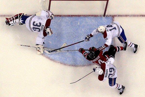 Hokejista New Jersey Adam Henrique nedal Petrovi Budajovi gól ani z tejto pozície.