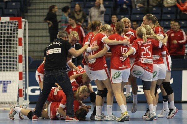 Dánske hádzanárky sa radujú po víťazstve nad Čiernou Horou v osemfinálom zápase majstrovstiev sveta v hádzanej žien v Belehrade.