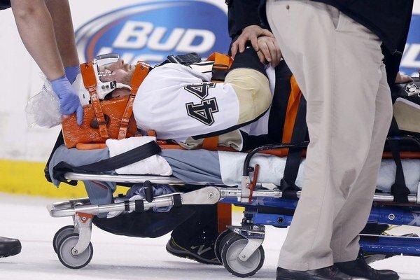 Brooks Orpik ostal po úderoch v bezvedomí, takto ho vynášali z ľadu.