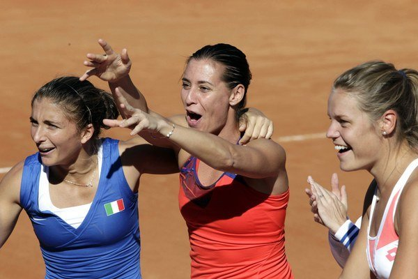 Talianske tenistky - zľava - Sara Erraniová, Flavia Pennettová a Karin Knappová. Na Hopmanovom pohári sa Pennettová takto netešila.