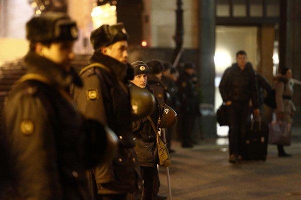 Ruskí vojaci hliadkujú pri železničnej stanici vo Volgograde, ktorá je po samovražednom útoku opäť plná pasažierov.