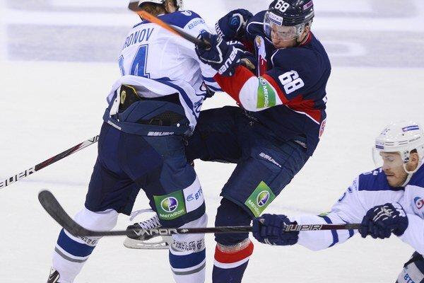 Slovanista Marko Daňo pri zrážke so súperom v zápase KHL.