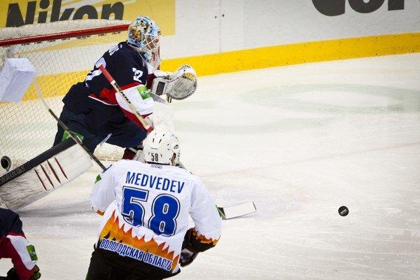 Brankár Slovana Jaroslav Janus a hráč Severstaľ Čerepovec Alexej Medvedev.