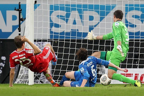 Thomas Müller dáva víťazný gól Bayernu.