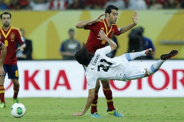 Cavani (v bielom) si tento rok zahral za Uruguaj aj Pohár konfederácii.