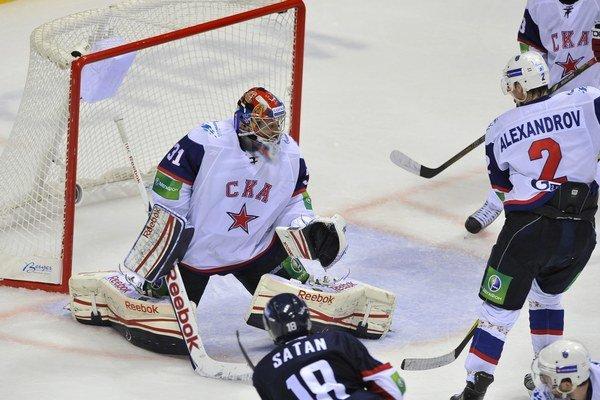 Miroslav Šatan strieľa tretí gól Jakubovi Štepánkovi (Petrohrad), Slovan pred rokom zdolal hviezdami nabitý Petrohrad doma 4:2.