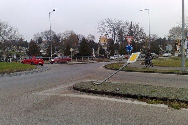 Dopravné značky končia často zdemolované alebo posprejované.