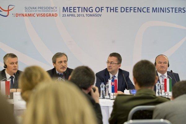 Na snímke ministri obrany krajín V4.