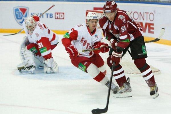 Marcel Hossa (vpravo) strelil ako prvý slovenský hokejista v základnej časti KHL sto gólov.